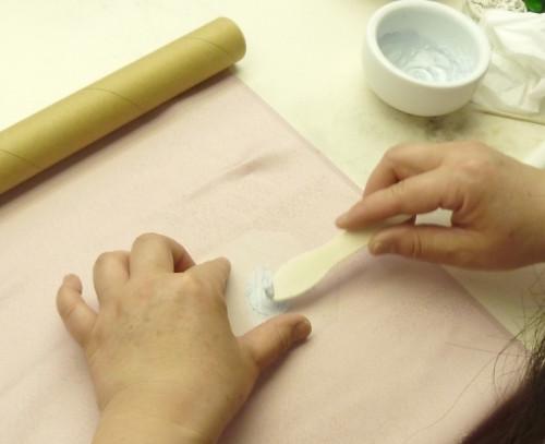 染め抜き紋工程:抜染剤塗り